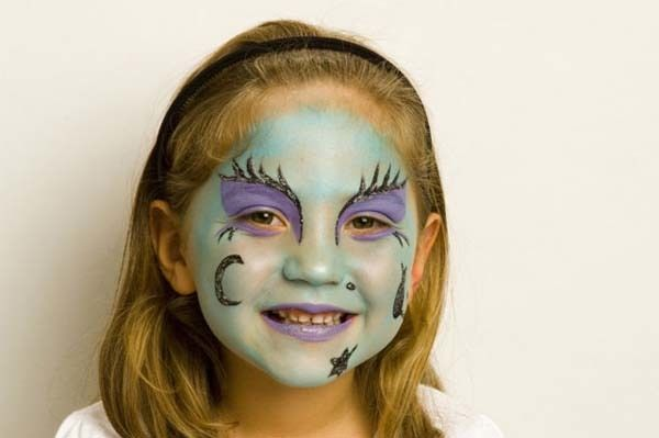 The ideas to wear Halloween witch makeup create the different witch likes advance witches, normal witches, horrible and scary witch and other eye makeup look. To achieve this goal there are different types of product and colored makeup used and normally this look provides the mostly darker look.